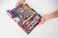 Μηχανικός υπολογιστών που εργάζεται στη σπασμένη ΚΜΕ Στοκ Φωτογραφία