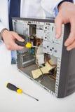 Μηχανικός υπολογιστών που εργάζεται στη σπασμένη κονσόλα με το κατσαβίδι Στοκ εικόνες με δικαίωμα ελεύθερης χρήσης