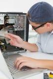 Μηχανικός υπολογιστών που εργάζεται στη σπασμένη κονσόλα με το lap-top Στοκ εικόνες με δικαίωμα ελεύθερης χρήσης