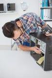 Μηχανικός υπολογιστών που εργάζεται στη σπασμένη κονσόλα Στοκ Εικόνες