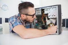 Μηχανικός υπολογιστών που εργάζεται στη σπασμένη κονσόλα Στοκ Εικόνα