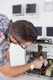 Μηχανικός υπολογιστών που εργάζεται στη σπασμένη κονσόλα Στοκ φωτογραφία με δικαίωμα ελεύθερης χρήσης