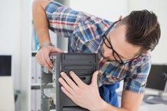 Μηχανικός υπολογιστών που εργάζεται στη σπασμένη κονσόλα Στοκ Φωτογραφία