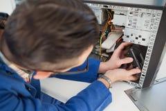 Μηχανικός υπολογιστών που εργάζεται στη σπασμένη κονσόλα Στοκ εικόνες με δικαίωμα ελεύθερης χρήσης