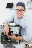 Μηχανικός υπολογιστών που εργάζεται στη σπασμένη κονσόλα Στοκ φωτογραφίες με δικαίωμα ελεύθερης χρήσης