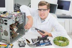 0 μηχανικός υπολογιστών που εργάζεται στη σπασμένη συσκευή Στοκ Εικόνες