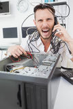 0 μηχανικός υπολογιστών που κάνει μια κλήση Στοκ Εικόνα