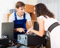 Μηχανικός PC που εργάζεται με τα καλώδια Στοκ Φωτογραφία