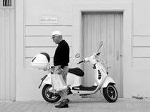 Μηχανικό δίκυκλο Vespa & περπατώντας άτομο: Μεσογειακή σκηνή Στοκ φωτογραφίες με δικαίωμα ελεύθερης χρήσης