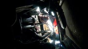 Μηχανικό αυτόματο αυτοκίνητο ατόμων που επισκευάζει τη μηχανή διακοπής απόθεμα βίντεο