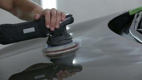 Μηχανικό γυαλίζοντας αυτοκίνητο στο αυτόματο κατάστημα επισκευής φιλμ μικρού μήκους