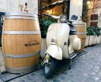 Μηχανικό δίκυκλο της Ρώμης - Vespa και ένα βαρέλι κρασιού Στοκ Φωτογραφίες