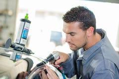 Μηχανικό καθαρίζοντας αυτοκίνητο πελατών ` s Στοκ Φωτογραφίες