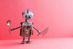 Μηχανικό κουτάλι μαχαιριών ρομπότ αρχιμαγείρων κουζινών Αστείος μαγειρεύοντας χαρακτήρας παιχνιδιών για την αφίσα διαφήμισης επιλ Στοκ φωτογραφία με δικαίωμα ελεύθερης χρήσης