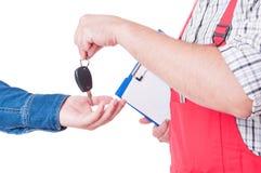 Μηχανικό κλειδί αυτοκινήτων παράδοσης για το χέρι πελατών ή πελατών Στοκ Εικόνες