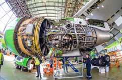 Μηχανισμοί αεροσκαφών και μηχανών στο φτερό Boeing 767 S7 αερογραμμές, αερολιμένας Tolmachevo, Ρωσία Novosibirsk στις 12 Απριλίου Στοκ φωτογραφία με δικαίωμα ελεύθερης χρήσης