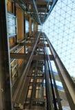 Μηχανισμός ανελκυστήρων o Σύγχρονη αρχιτεκτονική στοκ φωτογραφία με δικαίωμα ελεύθερης χρήσης