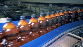 Μηχανισμός εργοστασίων που μεταφέρει την αφθονία των μπουκαλιών μπύρας φιλμ μικρού μήκους