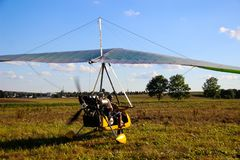 Μηχανοποιημένη στάση ανεμοπλάνων στο έδαφος ενάντια ενός μπλε ουρανού στοκ εικόνες