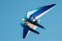 Μηχανοποιημένος κρεμάστε το ανεμοπλάνο που πετά στο μπλε σαφές ηλιόλουστο υπόβαθρο ουρανού στοκ εικόνες με δικαίωμα ελεύθερης χρήσης
