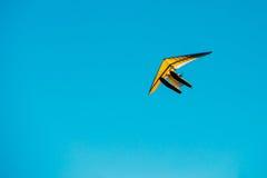 Μηχανοποιημένος κρεμάστε το ανεμοπλάνο που πετά στο μπλε σαφές ηλιόλουστο υπόβαθρο ουρανού στοκ φωτογραφίες