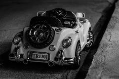 Μηχανοποιημένο αυτοκίνητο παιδιών που σταθμεύουν στην οδό τη νύχτα Στοκ Φωτογραφία