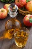 Μηλίτης ή χυμός της Apple σε μια καράφα και ένα γυαλί Στοκ φωτογραφίες με δικαίωμα ελεύθερης χρήσης