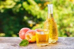 Μηλίτης ή χυμός της Apple στο φυσικό υπόβαθρο Στοκ Φωτογραφία