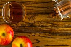 Μηλίτης της Apple με την κανέλα/το μηλίτη της Apple/το μηλίτη της Apple με την κανέλα στο ξύλινο υπόβαθρο Στοκ εικόνες με δικαίωμα ελεύθερης χρήσης