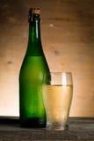 Μηλίτης της Apple στο μπουκάλι γυαλιού με τις πτώσεις νερού Στοκ Φωτογραφίες