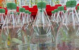 Μη αλκοολούχα ποτά στα πλαστικά μπουκάλια σε μια σειρά για τον υγιή τρόπο ζωής και φρέσκο διαφανή στοκ εικόνες με δικαίωμα ελεύθερης χρήσης