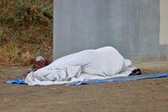 Μη αναγνωρίσιμο άστεγο πρόσωπο στοκ φωτογραφίες