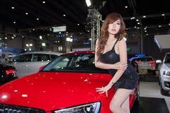 Μη αναγνωρισμένα θηλυκά πρότυπα με Audi A3 Limousine Στοκ εικόνα με δικαίωμα ελεύθερης χρήσης
