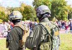 Μη αναγνωρισμένα μέλη της στρατιωτικής λέσχης στο στρατό ομοιόμορφο και το κράνος Στοκ εικόνα με δικαίωμα ελεύθερης χρήσης