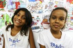 Μη αναγνωρισμένα παιδιά που παίζουν στο σχολείο που βρίσκεται σε Favela Rocinha Στοκ Φωτογραφίες