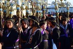 Μη αναγνωρισμένες γυναίκες penitents στην περιβολή και την κορώνα των πικρών χορταριών που φέρνουν scepter ειδωλίων αγγέλου Στοκ Εικόνες