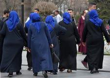 Μη αναγνωρισμένες τουρκικές γυναίκες στον παραδοσιακό ισλαμικό ιματισμό στο θόριο Στοκ Φωτογραφίες