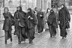 Μη αναγνωρισμένες τουρκικές γυναίκες στον παραδοσιακό ισλαμικό ιματισμό στο θόριο Στοκ Εικόνα