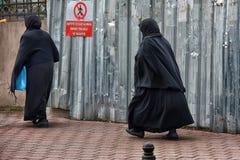 Μη αναγνωρισμένες τουρκικές γυναίκες στον παραδοσιακό ισλαμικό ιματισμό στο θόριο Στοκ Φωτογραφία