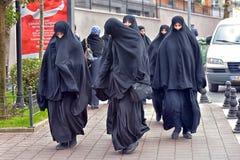 Μη αναγνωρισμένες τουρκικές γυναίκες στον παραδοσιακό ισλαμικό ιματισμό στις οδούς της πόλης Στοκ εικόνα με δικαίωμα ελεύθερης χρήσης
