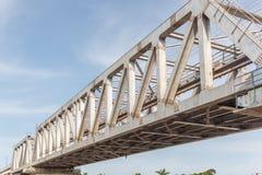 Μη αναγνωρισμένη γέφυρα σιδήρου τραίνων μετρό με το χτισμένο γραμμές usi τρεκλίσματος στοκ φωτογραφία με δικαίωμα ελεύθερης χρήσης