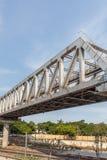 Μη αναγνωρισμένη γέφυρα σιδήρου τραίνων μετρό με το χτισμένο γραμμές usi τρεκλίσματος στοκ εικόνες με δικαίωμα ελεύθερης χρήσης