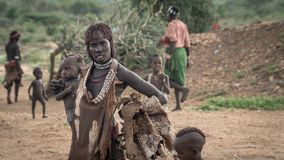 Μη αναγνωρισμένη γυναίκα με το μωρό της από τη φυλή Hamar στην κοιλάδα Omo της Αιθιοπίας Στοκ Εικόνες