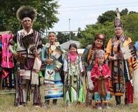 Μη αναγνωρισμένη οικογένεια αμερικανών ιθαγενών κατά τη διάρκεια 40ου ετήσιου Thunderbird αμερικανικό ινδικό Powwow στοκ εικόνες
