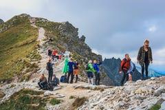 Μη αναγνωρισμένη ομάδα οδοιπόρων που στηρίζονται και που εξαντλούνται στο πέρασμα Krzyzne σε υψηλό Tatra Mountai Στοκ Φωτογραφίες