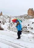 Μη αναγνωρισμένη όμορφη γυναίκα με τη ζωηρόχρωμη ομπρέλα Στοκ εικόνα με δικαίωμα ελεύθερης χρήσης