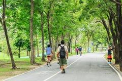 Μη αναγνωρισμένοι άνδρες και γυναίκες που ανακυκλώνουν και που περπατούν στο πάρκο Vachirabenjatus ή το πάρκο τραίνων στη Μπανγκό Στοκ φωτογραφία με δικαίωμα ελεύθερης χρήσης