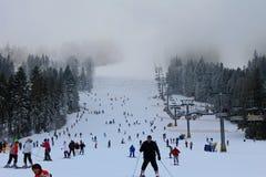 Μη αναγνωρισμένοι άνθρωποι που κάνουν σκι και που στο χιονοδρομικό κέντρο Plai Στοκ Εικόνες