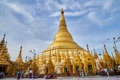 Μη αναγνωρισμένοι άνθρωποι που περπατούν γύρω στην παγόδα Shwedagon Στοκ Εικόνες