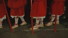 Μη αναγνωρισμένοι άνθρωποι που συμμετέχουν στις ιερές πομπές εβδομάδας απόθεμα βίντεο